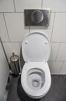 Baksoda-reinigt-het-toilet