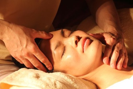 Ayurvedische gezichts massage.