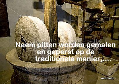 Neem-pitten-persen-op-de-traditionele-manier